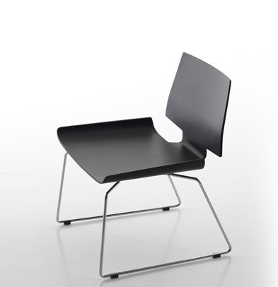 A chair without armrests, Rania - Sintesi