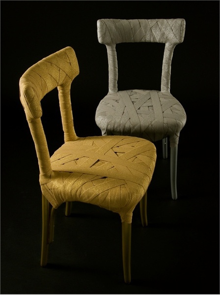 The chair is upholstered in polyester mummy Mummy, Edra