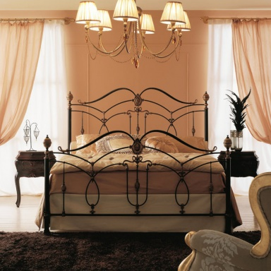Bed with wrought iron headboard Letto Maraj?
