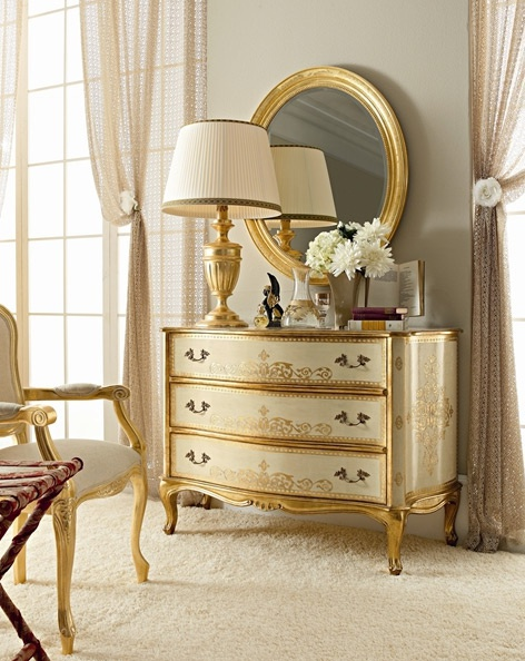 A chest of drawers with body in solid wood and a decor of gold leaf Fanfan Andrea, Andrea Fanfanii