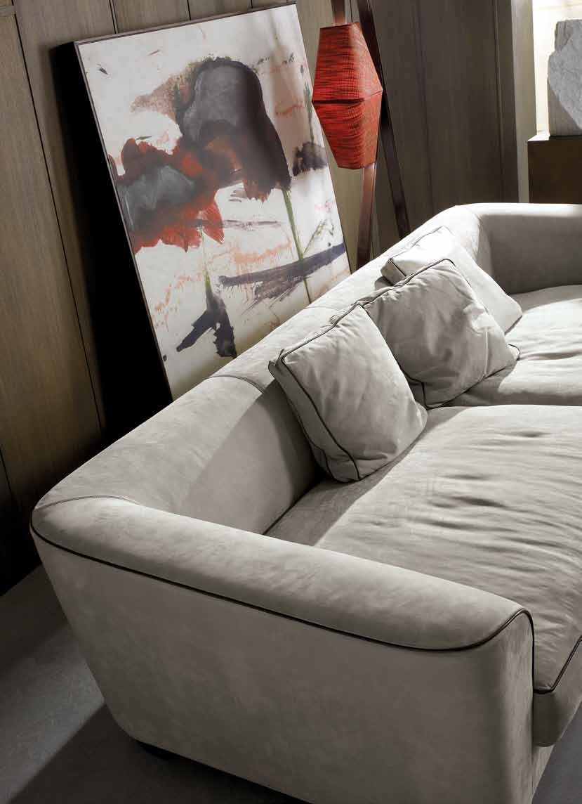 the four seater sofa in leather upholstery with removable
